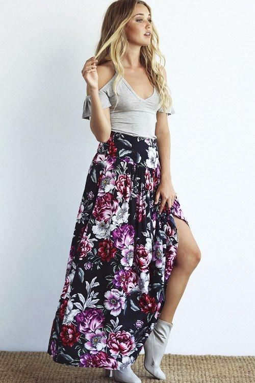 Spring outfit in a casual style – AUGUSTE HAZEL MAXI SKIRT HAZEL BLOSSOM BLACK. Made from the softest rayon with gorgeous gold lurex detailing, our exclusive Delilah Bloom print will have you dreaming of golden days. With a button up front and draw- string waist, this creates a super flattering silhouette. A leg-lovin' frilled hem lets you show off your favourite boots and make it easy to dance (because we know you want to). Pair it with your favourite vintage cowgirl boots or your connies…