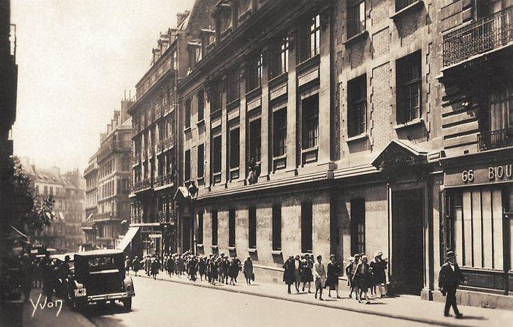 rue des Martyrs - Paris 9ème/18ème La même école Edgar-Quinet, rue des Martyrs, vers 1920.