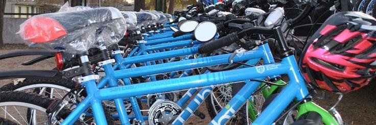El Gobierno provincial, al igual que en Buenos Aires o Rosario, también se tomó en serio la movilidad sustentable pero le dió otro giro. Además de la construcción de ciclovias, San Luis convirtió en Ley un programa por el cual entregarán 9.500 bicicletas por año a los alumnos de primer año de las escuelas secundarias a cambio de que los padres adhieran al compromiso de apoyar a sus hijos a terminar el secundario. Nota completa: http://plandmag.com/tubi/ #plandmag #bicicletas #lifestyle