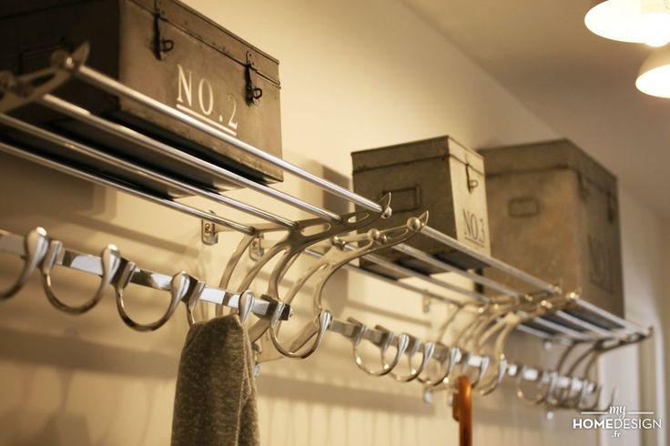 Dotée de crochets porte manteau et d'une étagère, cet accessoire vous permet de ranger en un instant manteaux, écharpes et chapeaux.