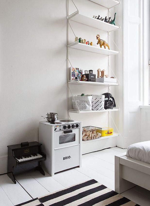 Smukt #børneværelse med ovn til #Legekøkken fra #BRIO. Billedet er fundet på http://blog.jelanieshop.com/interior/the-black-and-white-home-of-deborah-gordon/ | Find flere BRIO produkter på Legebyen.dk