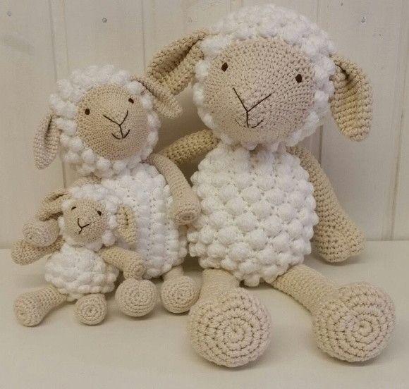 familia de ovelhas feito em croche com fio de lã mais fofinha.    altura de cada ovelhinha :30cm ,24cm,15cm,  sentado conforme na foto.    atendimento site 8:00 as 17:00h  redes sociais de 8:00 as 22:00h  #artecomlinhas #artecomlinhascroche