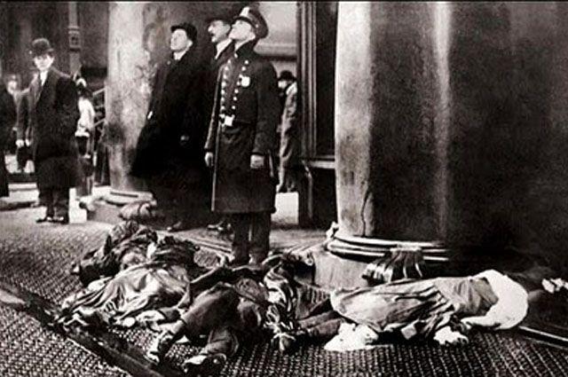 Foto que fue portada de la revista Life, en la que aparecen algunos de los cadáveres de las trabajadoras de la empresa textil Triangle Shirtwaist Company que murieron en el incendio del 25 de marzo de 1911.  Un 8 de marzo de 1857, un grupo de obreras textiles salió a las calles de Nueva York para protestar por las condiciones paupérrimas en las que trabajaban.   Un 5 de marzo de 1908, Nueva York fue escenario de nuevo de una huelga polémica. Un grupo de mujeres reclamaba la igualdad…