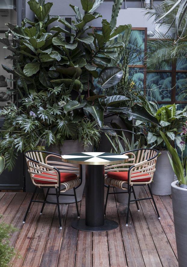 El famoso y exclusivo club de deportes parisino Klay ha renovado su cara de la mano de Charlotte Biltgen, renovando su terraza y su restaurante