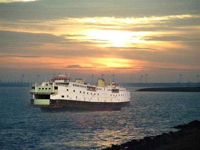 Van Vlissingen naar de overkant.....Breskens, met de boot.....Vanaf Zoutelande zagen we hem varen en onze tante beloofde ons een overtocht. Mooie herinnering...