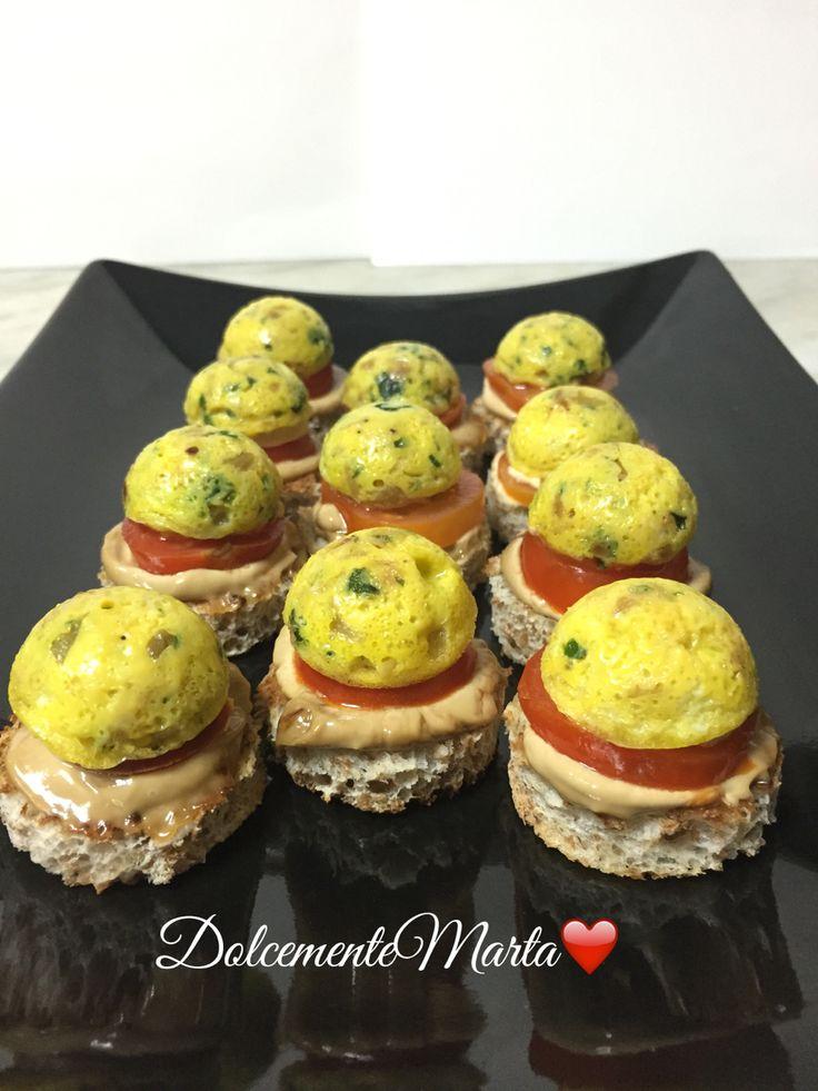 Mini tortillas di cipolle, pomodorini e maionese con rifuzione di aceto balsamico. (Ricetta di Luca Montersino)