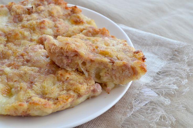 Torta di pane salata un ottima e gustosa ricetta per smaltire il pane raffermo,arricchita con salsiccia e mozzarella