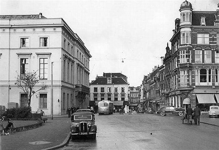 1955. De Mariaplaats gezien vanaf de Springweg. Het gebouw van Kunsten en Wetenschappen, links, brandde in 1988 geheel uit