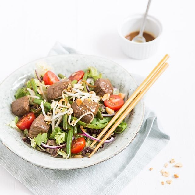 Ken je de salade biefstuk Bali van #loetje? Ik ontfutselde het recept, het staat nu online. #loetje #biefstukbali