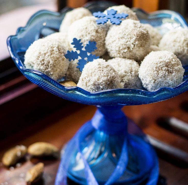 Kókuszgolyó Mennyei desszertek november 16, 2014 Ha szerencséd van, azonnal rátalálsz a mandulára: ropp! Hmmm... a csoki és a kókusz elvarázsol. Szinte érzed, ugye? Ez a desszert veszélyes! Nyomtasd ki Hozzávalók 2 cs. Update1 babapiskóta, darálva 1 cs. kókuszreszelék 1 doboz kókusztej ½ dl mandula aroma 5 dkg vaj 1 marék mandula 1/2 tk. Update1Folytatás
