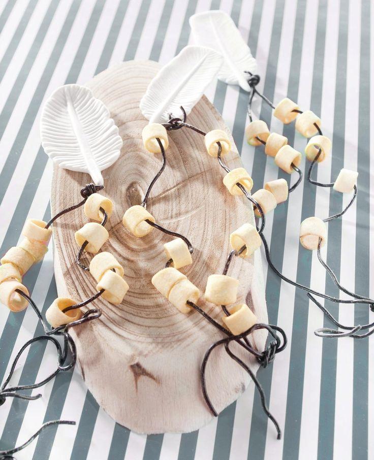 Wauw! Heb je deze mooie ketting al gezien? Een leuke traktatie om uit te delen. Dit heb je nodig Dropveter Kerstversiering veer (Nijhof, €4,95) Chips met gaatje Zo maak je het: Knoop de kerst-versiering aan de dropveter. Rijg aan beide kanten een paar chips en leg een knoop in de dropveter.