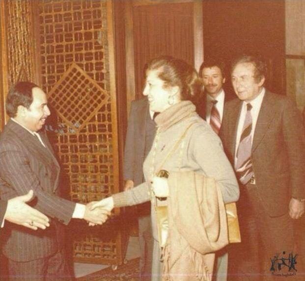 الشاعر نزار قباني وزوجته العراقية بلقيس الراوي في السفارة العراقية ببيروت ١٩٨٠