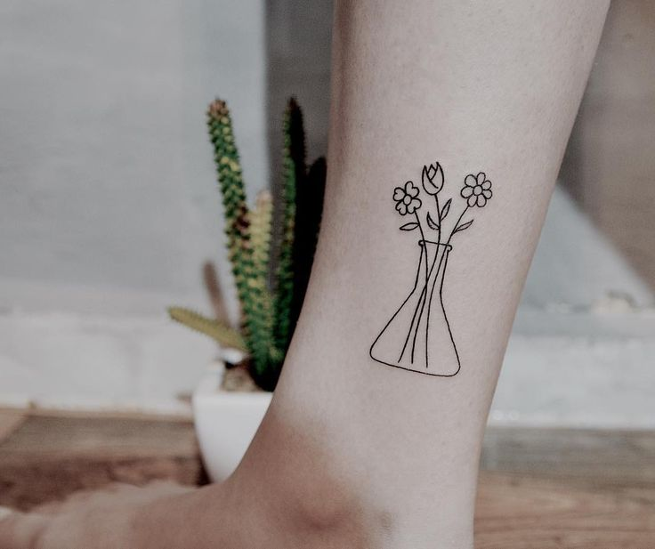 Para uma caloura de química já apaixonada pela futura profissão.  #fineline #finelinetattoo #finelinetattoos #fineliner #finelines #tattooshop #tattooart #tattoolife #tattoostyle #metamorphosistattoo #estudiometamorphosis #tattoogirls #tattoolove #tattooed #tattoodo #tattooing #tattooist #quimica