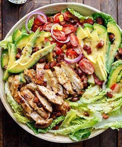 تک آشپز/سالاد مرغ و آووکادو را می توانید به عنوان یک وعده غذایی سالم و دلپذیر میل کنید. به خاطر چربی نسبتا بالای آووکادو مصرف آن به کسانی که در دوران رژیم لاغری به سر می برند، توصیه نمی شود.مواد مورد نیاز: سینه مرغ (بدون استخوان): 2 عدد (600 گرم) ژامبون گوشت (در صورت تمایل): 3 ورقه کاهو (خردشده):