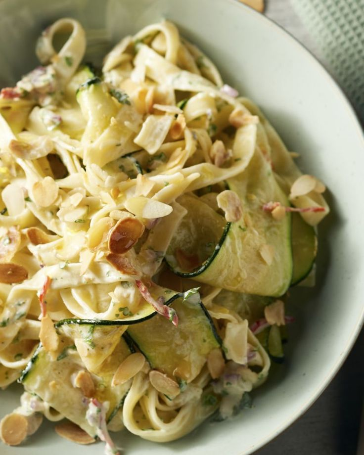 De perfecte doordeweekse vegetarische pasta: tagliatelle met linten van courgette en een sausje op basis van ricotta en citroen, afgewerkt met amandelschilfers.