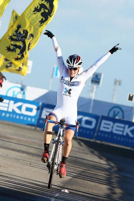 Nice lines but needs to watch her right hand. Katie Compton takes Cyclo-cross World Cup 3 at Koksijde