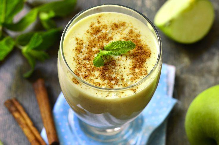 Lassi je tradiční indický, respektive ayurvédský nápoj. Vyrábí se z jogurtu smíchaného s vodou a se špetkou koření. V teplých dnech výborně osvěží.