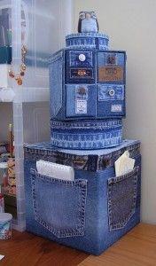 Upcycling: klä om sittpuffar med gamla jeans och behåll fickorna. Bloggen Re-creating.se (återbruk)