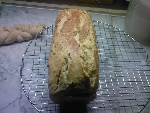 Pane in cassetta al latte (1) | Miriam's cookies and cakes...e non soloIngredienti  500 g di farina  25 g di lievito di birra (o 200 g di lievito madre) 300 g di latte 1 cucchiaio colmo di miele 1 cucchiaio di zucchero 50 g di burro la scorza grattugiata di mezzo limone bio mezzo cucchiaino di sale burro e farina per lo stampo