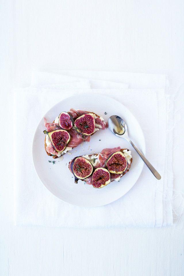 tartines de figo, presunto, queijo de cabra e mel - casal mistério