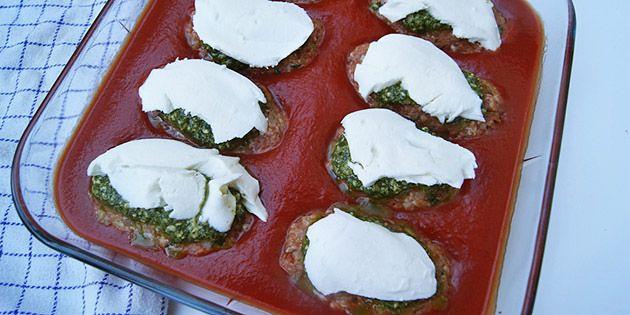 Små farsbrød i fad med tomatsauce