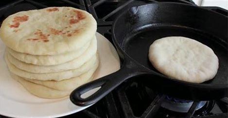 Loading... Si cerramos los ojos y evocamos los aromas de las pastas de los domingos de la abuela o las tortas de las tías, seguro que muchos de nosotros podremos sentirlos, porque esos perfumes quedaron alojados en nuestra memoria de manera indeleble. ¿Y qué te parece mantener vivos esos recuerdos horneando pan para tu familia? Hoy te vamos a enseñar a preparar este tradicional pan de pita que es ideal para acompañar el shawarma, el humus o utilizarlo a modo de pan de sandwich. ¡Delicioso…