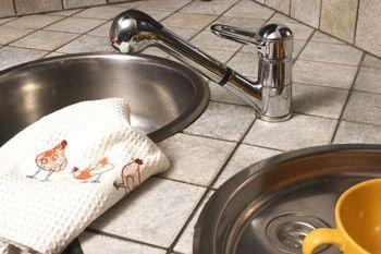 Как отстирать кухонные полотенца======================================Отстирать даже самые стойкие пятна можно при помощи соли. Растворите в 5 литрах холодной воды 5 столовых ложек соли. Замочите в соли полотенца на час, затем постирайте их в стиральной машине с добавлением порошка. Этот способ поможет вам избавиться от пятен кофе и томатного соуса. Для белых полотенец такое средство: немного мыла или порошка, ложка силикатного клея, 20-30 минут медленного кипения – и полотенца сияют…