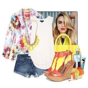 С чем носить коралловые босоножки: джинсовые шорты, белый топ, цветастый пиджак, ярко-желтая сумка