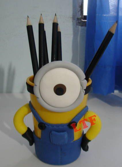 Porta lápis Minions decorado em biscuit. Mínimo de 15 unidades R$ 12,00