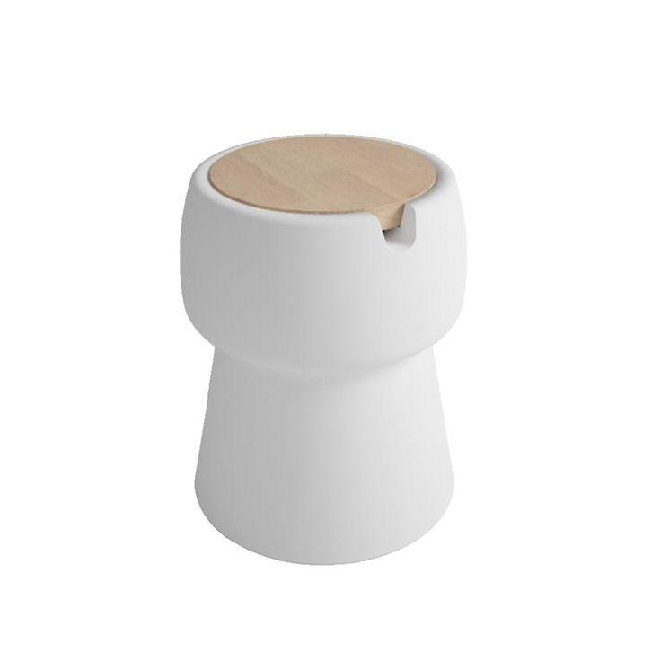 De Champ van JOKJOR is echt een multifunctionele topper! Gebruik de groot uitgevallen kurk als bijzettafel. nachtkastje of gewoon als zitplaats. Leuke is dat er in de kruk plek is om bijvoorbeeld koude drankjes te bewaren. Zitplek en koelbox in één.