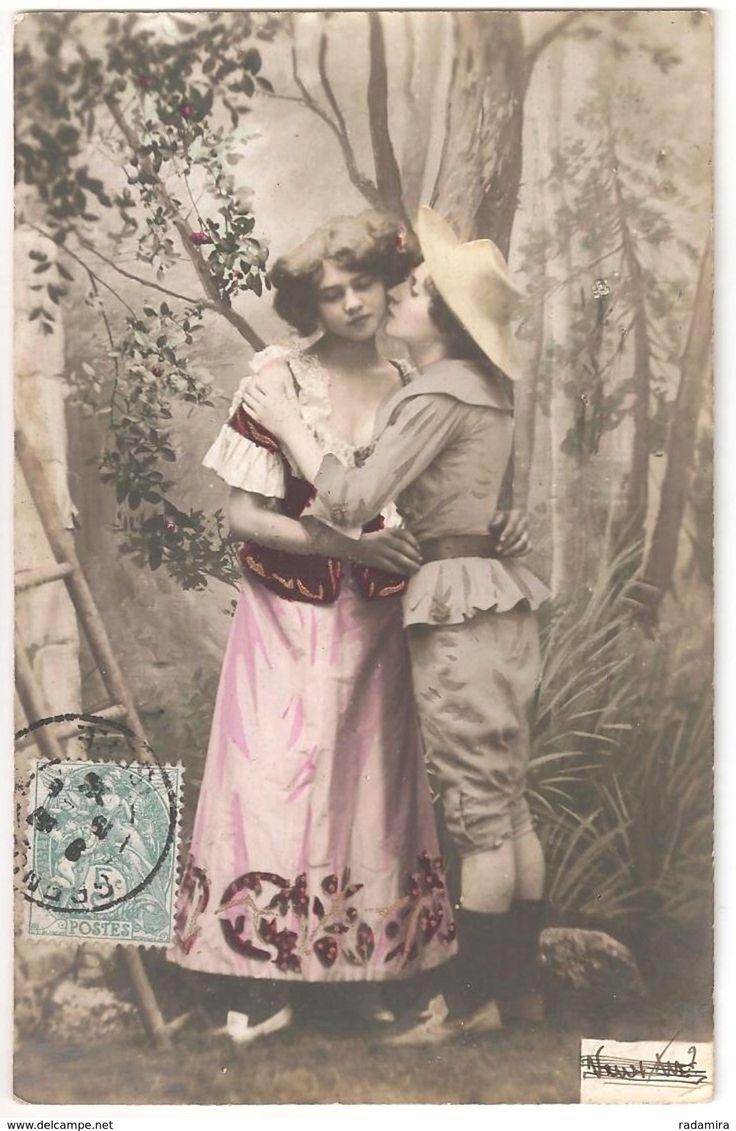 "Carte Postale Ancienne ""Dame dans le jardin"" France 1903."