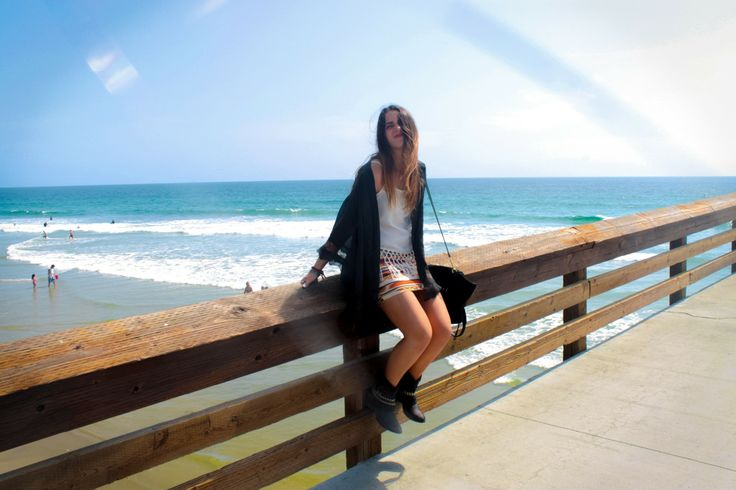 Vica   #OddCatrina #ElAjuar Blanco: falda estampada High Street: blusa con flecos Topshop: kimono jacket Frye: low-cut country boots