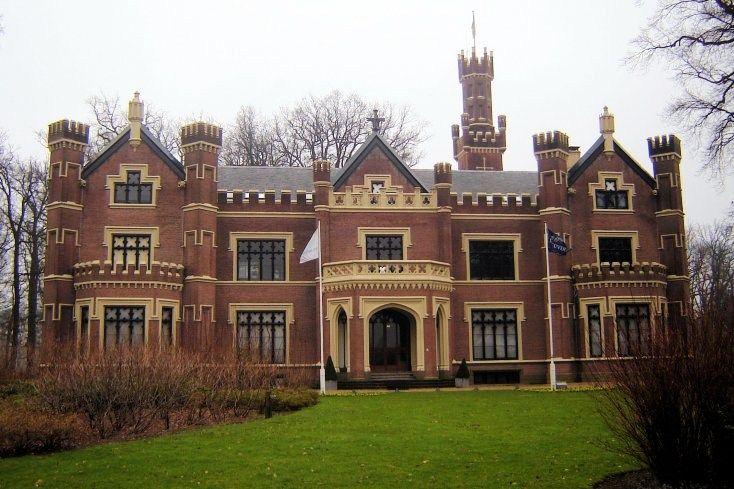 Kasteel De Schaffelaar staat even buiten het centrum van Barneveld, aan de andere kant van de spoorlijn, die 'Kippenlijn' wordt genoemd. Het kasteel doet middeleeuws aan, met torentjes, erkers,  kantelen en een uitkijktoren, maar werd in Engelse neogotische stijl gebouwd in 1852. Het kasteel is ontworpen door H. van Veggel. Het behoort tot de Top-100 van UNESCO-monumenten in Nederland. Het omvangrijke landgoed (79 ha.) van Het Gelders Landschap is vrij toegankelijk.