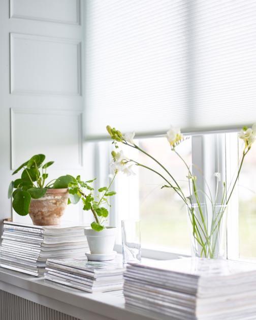 Ideen für die Fensterdeko: Materialmix im Fenster: Hängeblumentöpfe aus Kupfer…