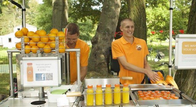Juice truck Juice on Wheels is een heerlijke verse sap foodtruck met sinaasappelsap. ✓ Milieuvriendelijk ✓ Geschikt voor grote aantallen ✓ Heerlijk fris