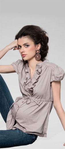 Camasa pentru gravide foarte girlish, cu model incretit in zona bustului si cordon de ajustare in functie de burtica in continua crestere. Culoarea cafenie face parte din potrivita combinatie de casual cu elegant.
