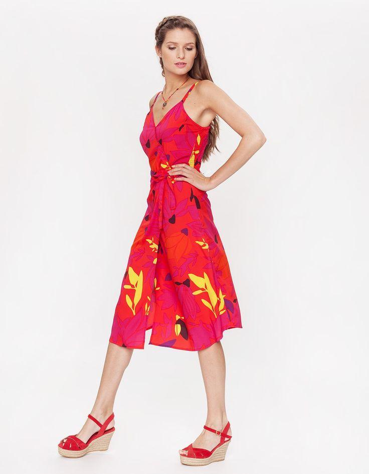 Dans son imprimé Jungle Carmin d'un rouge flamboyant, la robe Sienna ne passe pas inaperçue avec ses motifs floraux en aplats de couleur. Une coupe midi (longueur sous le genou) dans une matière fluide et satinée pour une allure résolument moderne. Faux portefeuille au niveau de la taille avec une ceinture amovible, elle affiche un décolleté croisé et des fines bretelles. Top de la féminité jusque dans le dos smocké pour une silhouette parfaitement fittée. Longueur 112 cm pour une taille 38.