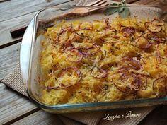 Questa teglia di patate grattugiate è arricchita da anelli di cipolla e formaggio. Una preparazione saporita che mette d'accordo tutti!