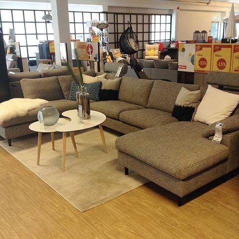 Ny modulsofa fra Theca, Frisco. Kan fås i mange stilige stoffer og bygges som du vil selv. Veldig god sittekomfort. Moderne stil! Knalltøffe bord fra nja furniture, Casa. Passer til den moderne stilen! #bohusegersund #bohus #theca #sofa #tøff #sofabord #interiør #design 😊 kom å se!