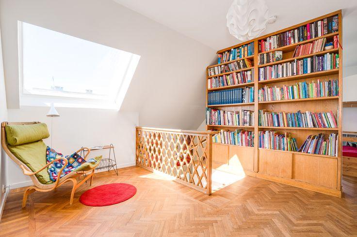 Hyllan är platsbyggd men flyttad från en vägg ut i rummet som avdelare till ett nytt sovrum! Smart! Räcket är ritat med huset och väldigt vackert.