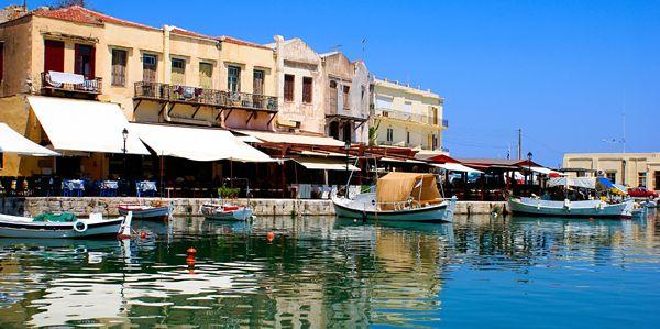 De haven van Rethymnon, Kreta. De geschiedenis leeft hier iedere dag, maar dan in een modern jasje. Ook is het een echte studentenstad die aan alle kanten bruist; grote winkels, hippe barretjes en een gezellige haven vol heerlijke eettentjes. De vis is hier iedere dag vers.