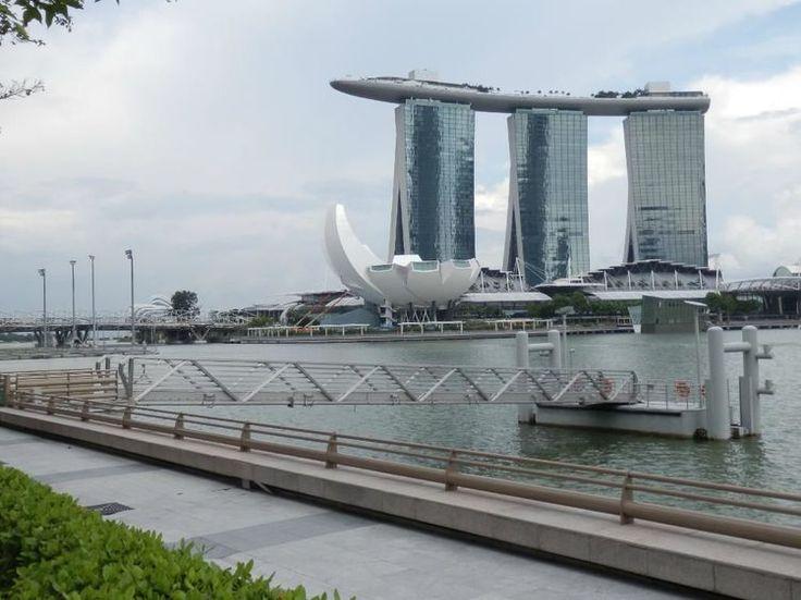 シンガポール観光に興味のある方必見の情報をお伝えします。日本から直行便でひとっ飛びのこちらは、2015年に建国50周年という節目の年を迎え、近年では急速に経済発展が進み、近代的なビルが立ち並ぶようになってきました。中心街ではショッピングや美味しいグルメを味わうことができます。街全体の治安が良く、安心して旅行を楽しむことができるのも嬉しいですね。今回は、マーライオンだけじゃない他の魅力的な部分について、写真や基本情報を織り交ぜながら、一挙まとめて36カ所ご紹介します。ぜひ旅の参考にしてみてくださいね。(※1:1シンガポールドル=75円 2016年8月現在)1.マーライオンパーク マーライオン..