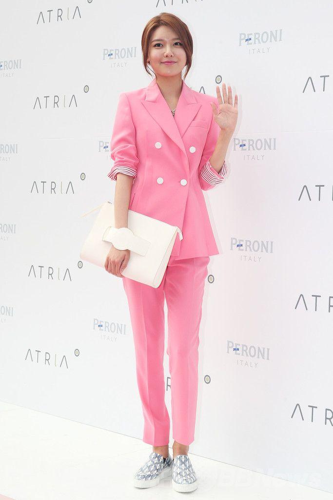 韓国・ソウル(Seoul)麻浦(Mapo)区弘大(Hongdae)で開催された、アートリアファッションショー&ブランドコラボレーションパーティー(ATRIA Fashion Show & Brand Collaboration Party)に臨む、ガールズグループ「少女時代(Girls' Generation、SNSD)」のスヨン(SooYoung、2014年7月4日撮影)。(c)STARNEWS ▼9Jul2014AFP 少女時代のスヨン、ピンクスーツでファッションイベントに出席 http://www.afpbb.com/articles/-/3020041 #Girls_Generation_SooYoung #소녀시대_수영 #Choi_Soo_young #최수영 #崔秀榮