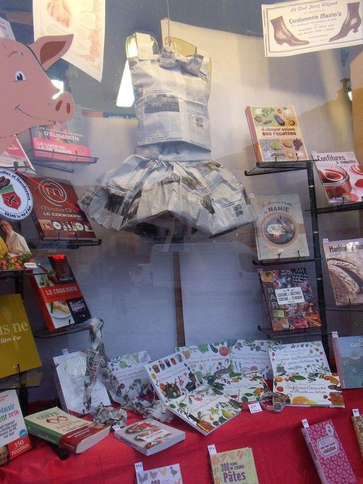 """Mon libraire a des idées !..... Pour suivre le thème """"La mode à travers les ages """"de la Foire aux Andouilles qui a lieu tous les ans le 3ème lundi du mois de février......Plissé ou froncé... c'est comme vous voulez  Les autres boutiques de..."""