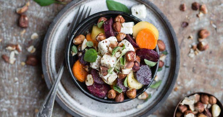 Lättlagad sallad med salt vitost, knapriga nötter och nyplockade basilikablad. Saknar ditt hushåll mandolin kan du riva morötterna grovt istället. Inte lika snyggt men minst lika gott.