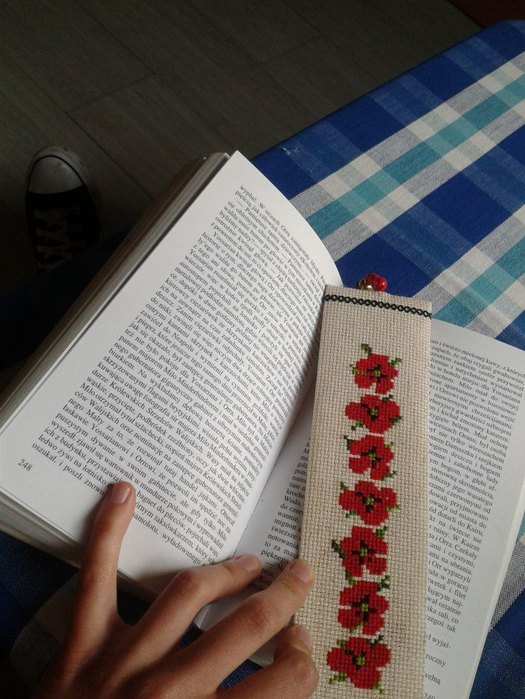 Zakładka z makami.   A bookmark with poppies.