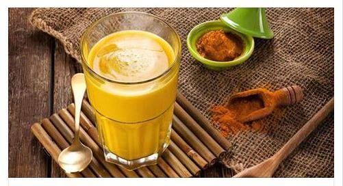Il Latte d'Oro, noto più comunemente come Golden Milk, è una bevanda tonificante e ricostituente ricchissima di antiossidanti naturali originata in India m