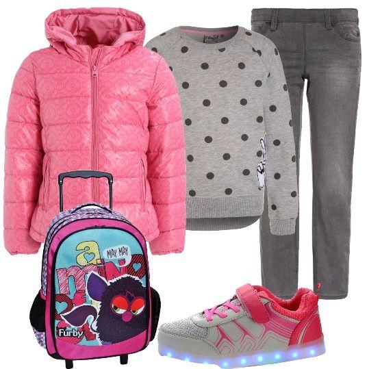 Una bimba moderna che per andare a scuola indossa: sneakers con led, bianche e rosa, jeggings grigi, felpa grigia a pois con stampe, giubbino rosa, con cappuccio e il comodissimo zaino a trolley di Furby.