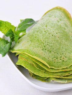 Naleśniki szpinakowe, o pięknym intensywnym zielonym kolorze, w smaku prawie niczym się nie różnią od tradycyjnych naleśników. Podawaj na słodko i wytrawnie