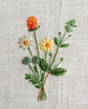9個目完成 このお花達 色どり豊かで刺してて楽しかったな フレンチナッツステッチが難しい いつもキレイに出来るよう頑張らねば #刺繍 #ホビーラホビーレ #青木和子